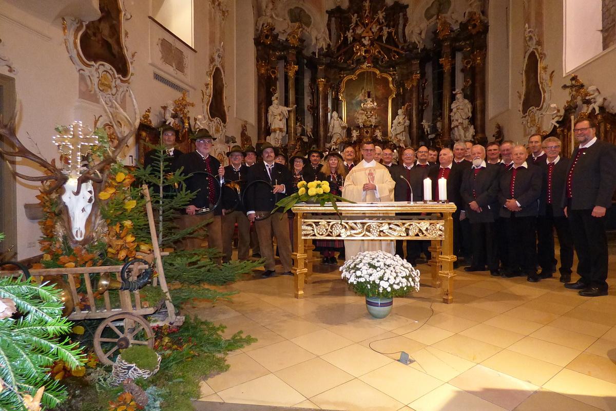 Die Jagdhornbläser und der Männerchor Seeg mit Pfarrer Wolfgang Schnabel am Hochaltar
